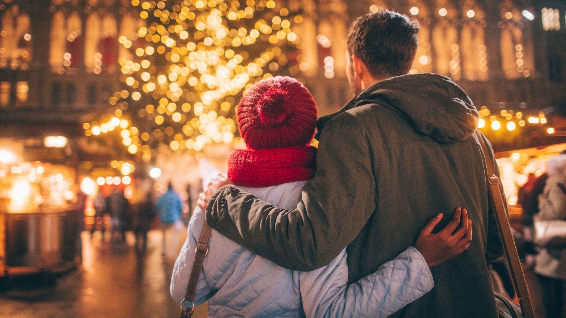 Paar auf dem Weihnachtsmarkt mit Weihnachtsbaum